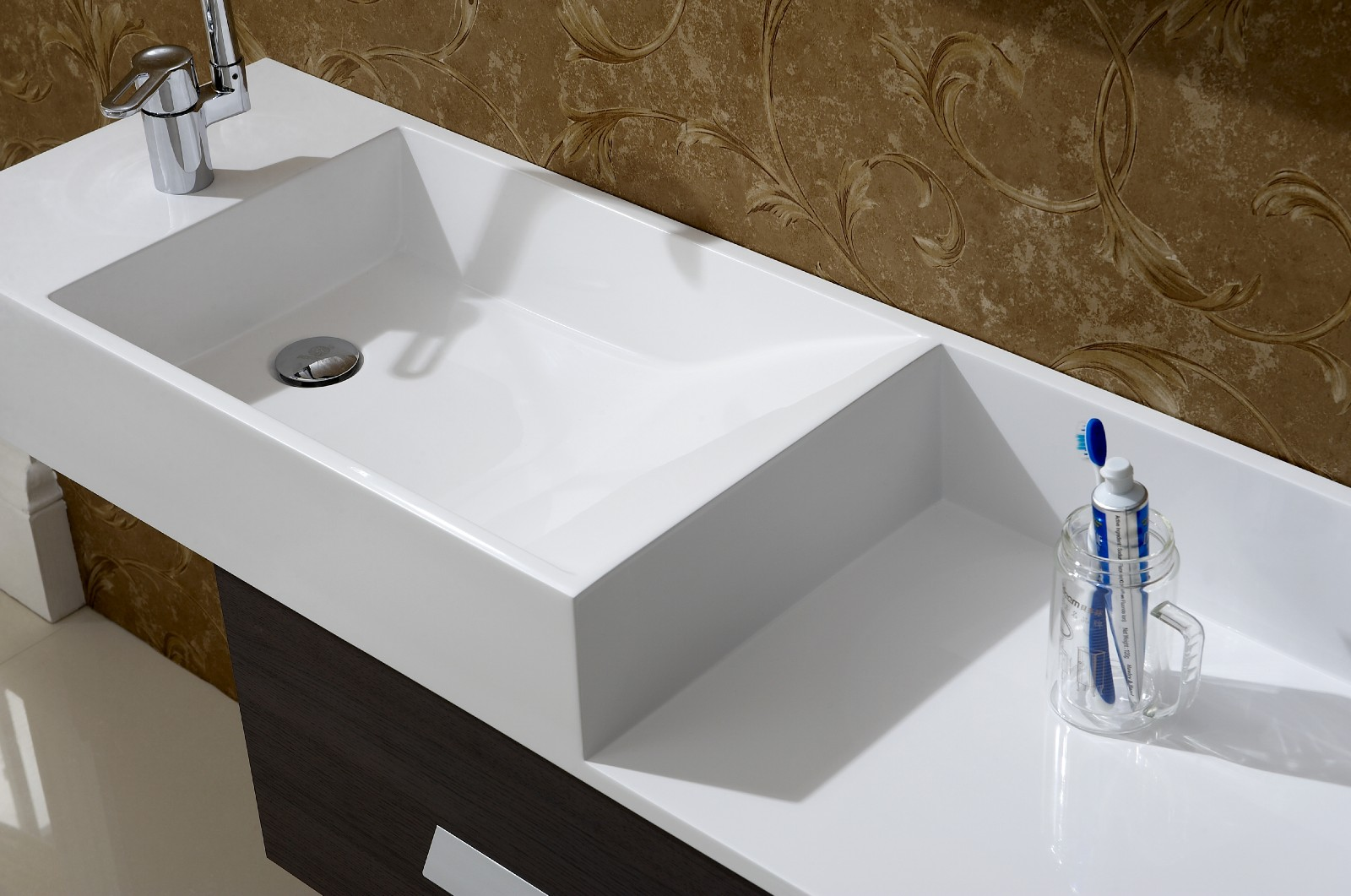 Modern bathroom vanity aviateur for Modern bathroom sink and vanity